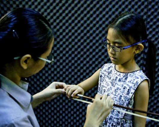 _CS54757(Learning to hold violin bow)