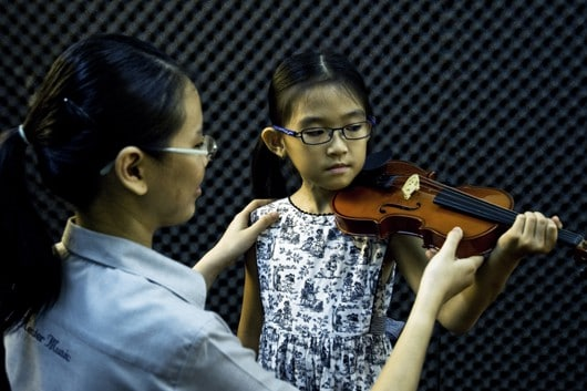 _CS54752(Learning to hold the violin)